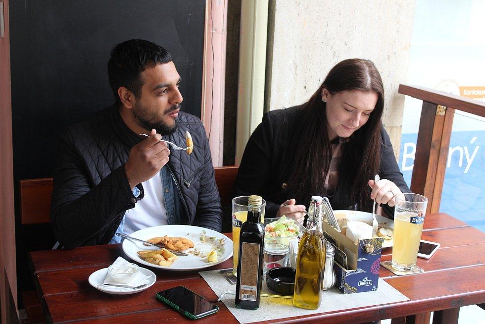 Vychutnat si jídlo v restauraci po dlouhé pauze chtěli Stefan a Denisa Demirevovi.