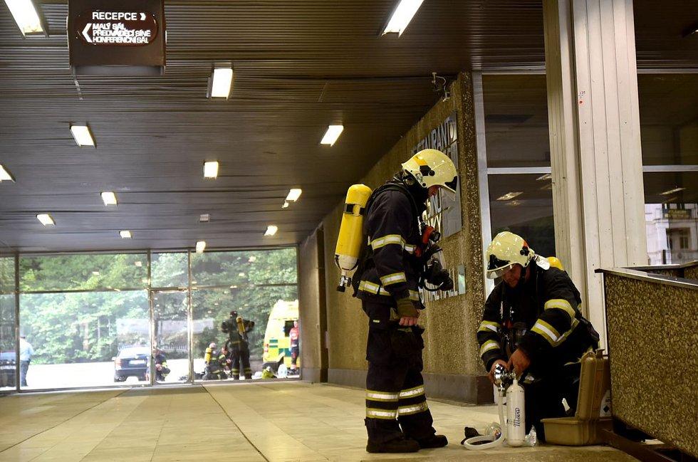 Zásah hasičů na místě požáru v hotelu Thermal