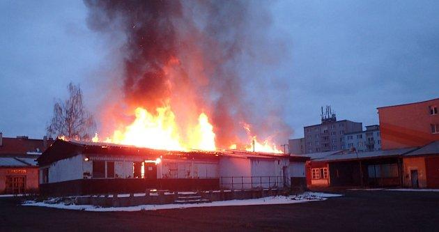 Hasiči vneděli ráno likvidovali požár bývalé restaurace na Růžovém Vrchu. Škoda je odhadnuta na půl milionu korun.
