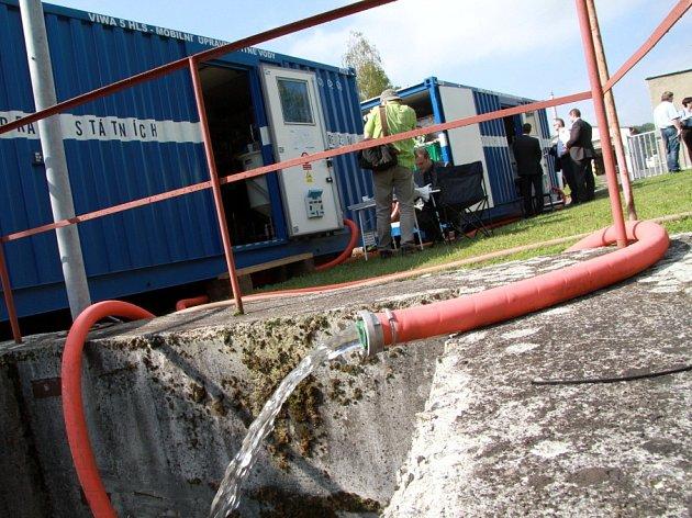 Mobilní čistička dokáže během dvou hodin přeměnit nepitnou vodu na pitnou, a to frekvencí 5000 litrů za hodinu