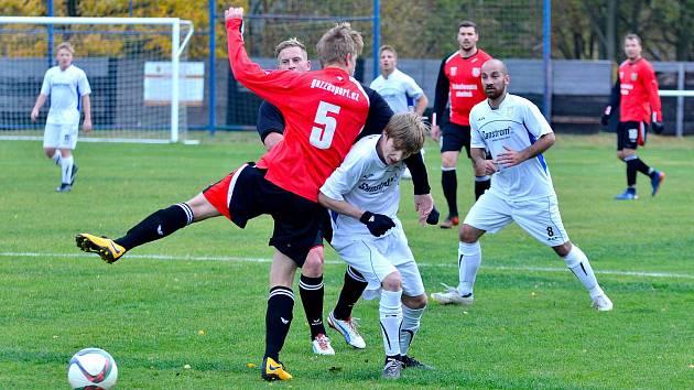Cennou výhru si připsal v derby s Horním Slavkovem (v bílém) na své konto chodovský Spartak (v červenočerném), když nakonec rozhodl o své výhře 2:1 v 90.minutě.