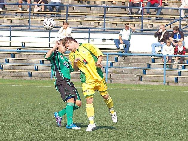 Karel Řezáč, obránce Buldoků (ve žlutém), přispěl bezchybnou hrou k vítězství svého týmu.