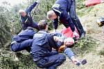 Cvičení v terénu. Dřevorubec zavalený stromem byl zachráněn, hasiči splnili úkol.