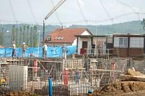 Zastavená stavba? Podle snímku, který jsme nafotili v úterý 22. května odpoledne za přítomnosti jenišovského starosty Truksy, panuje na staveništi čilý ruch.