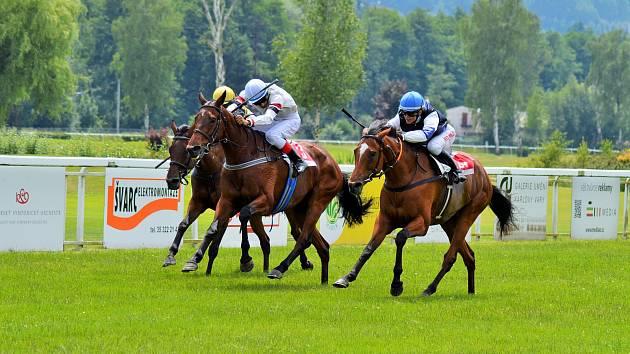 Úspěšný finiš. Souboj v cíli loňského ročníku Karlovarské dvojnásobné míle ovládla na dvorském dostihovém závodišti Raviella (vpravo).