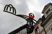 Na třídě T.G. Masaryka v Karlových Varech začala instalace vánoční výzdoby.