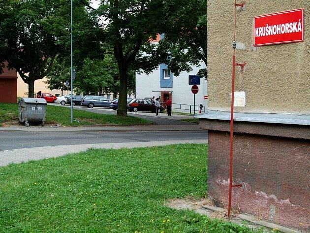 Největší problémy v Ostrově naleznete u ubytovny v Krušnohorské ulici. I proto zde policejní hlídky uvidíte častěji než dřív.