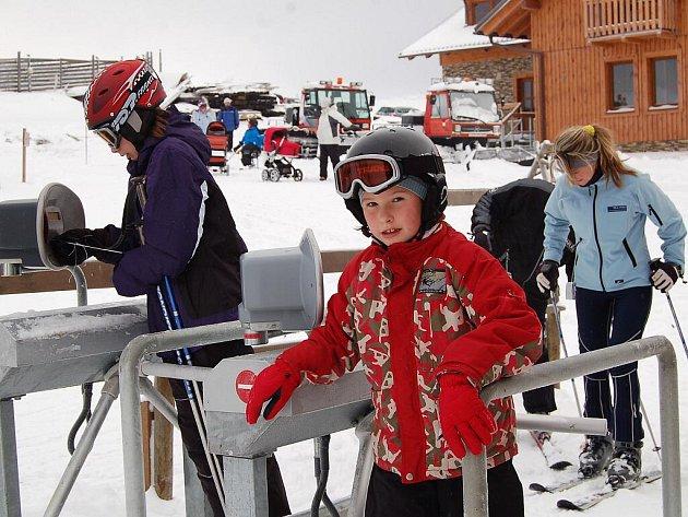 První lyžaři dorazili do skiareálu Novako chvíli po zahájení provozu.