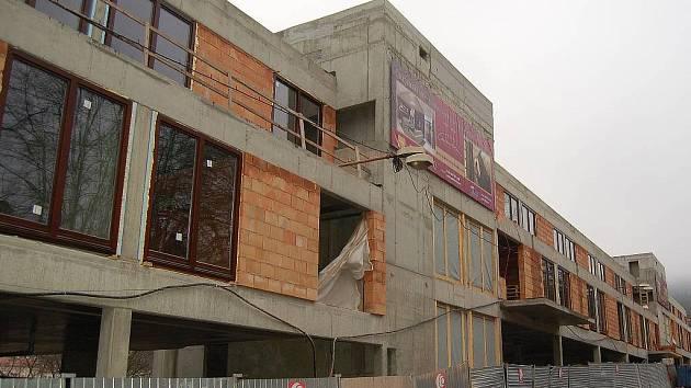 Tento původně garážovací, nyní bytový dům vyrůstá v samém středu lázeňské zóny vedle hotelu Imperial. Stavbu kritizují urbanisté, je i terčem posměšků. Město však nezasáhlo a výstavbu nijak nekorigovalo.