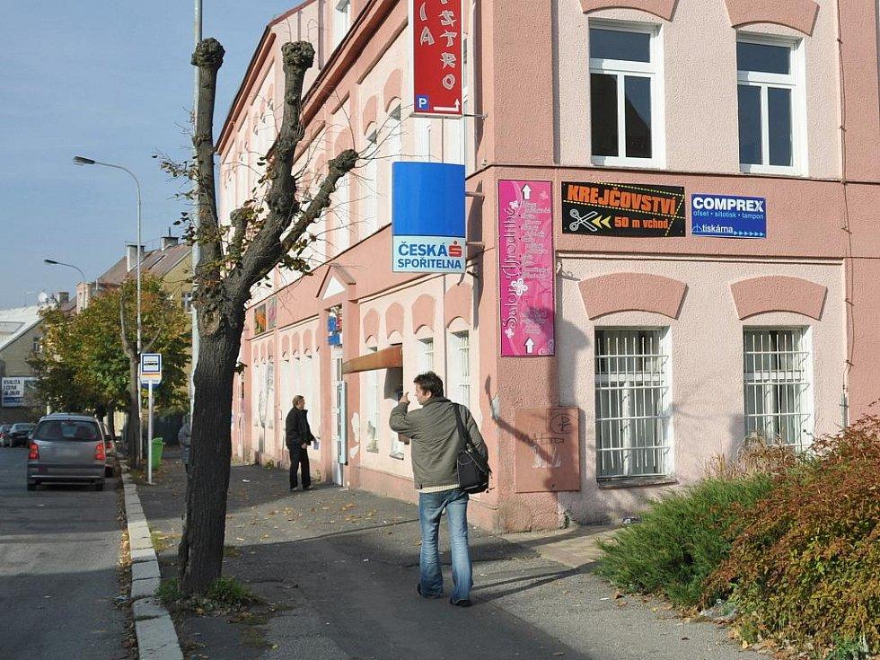 Ve středu 21. října krátce po poledni byla přepadena pobočka České spořitelny ve Staré Roli v Karlových Varech.