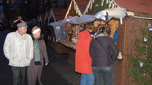 Trhy až do jara. Loňské vánoční trhy byly opravdovým fiaskem. Na náměstí Milady Horákové lidé nechodili a zájem o ně neměli ani samotní trhovci. Plesnivé stánky tu stály až do Velikonoc.