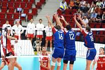Čeští volejbalisté (v modrém) prohráli na ME s Polskem 1:3