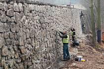 Karlovy Vary jsou městem opěrných zdí, které vyžadují nákladnou péči. Jako například ta u silice Stará pražská