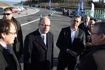NOVÝ ÚSEK rychlostní silnice R6 poblíž Bošova si včera prohlédl také premiér Bohuslav Sobotka, náměstek hejtmana Karlovarského kraje Jakub Pánik a ministr dopravy Dan Ťok (zleva).