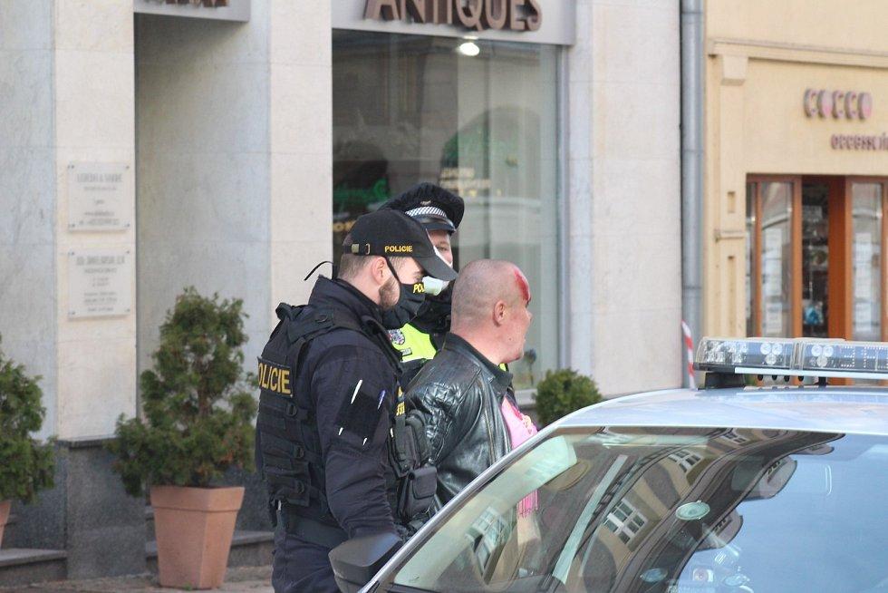 Exhibicionistu v růžové podprsence odvezla policie.