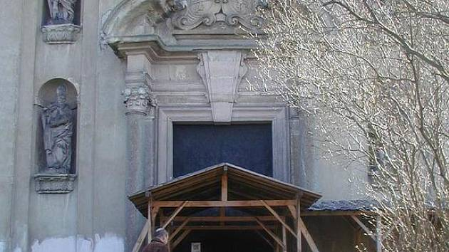 KOSTEL NA ŠPIČÁKU MUSÍ ZATÍM POČKAT. Církev nejdříve nechá opravit dolní, farní kostel v Chyši. Potom se teprve dostane na kostel na Špičáku. Opravena je jen část fasády.