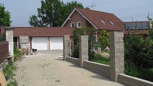 Zídky jako corpus delicti. Dům v Jenišově, v němž bydlí karlovarský radní Václav Tomášek, je obkroužen betonovými zídkami. Ty prý ale oplotily i pozemek, který patří státu.