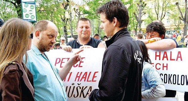 V Karlových Varech se ve středu znovu protestovalo proti podmínkám výstavby multifunkční haly.V pondělí bude další forma protestu přímo u haly.