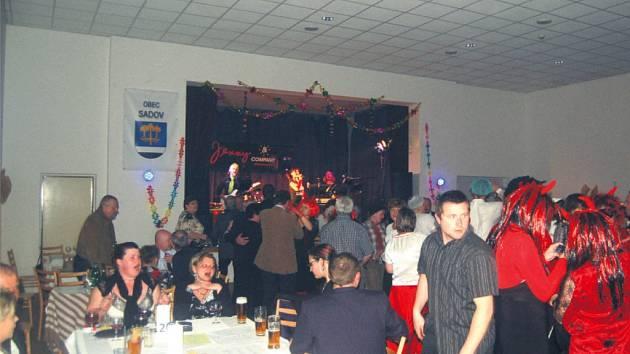 Maškarní ples v Sadově se vydařil. Lidé se spokojeně bavili a sál praskal ve švech. K vidění byla celá řada skvělých masek.