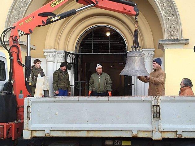 Zvony Josef a Maria jsou již v kostele v Rybářích.