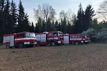 Na žlutické přehradě se čtyři jednotky hasičů snaží zlikvidovat požár.