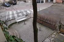 Kdo si ho koupí? O pozemek před čajovnou vlastníci Varšavská 13 nežádali. Přesto budou vyvěšeni jako přímí zájemci.