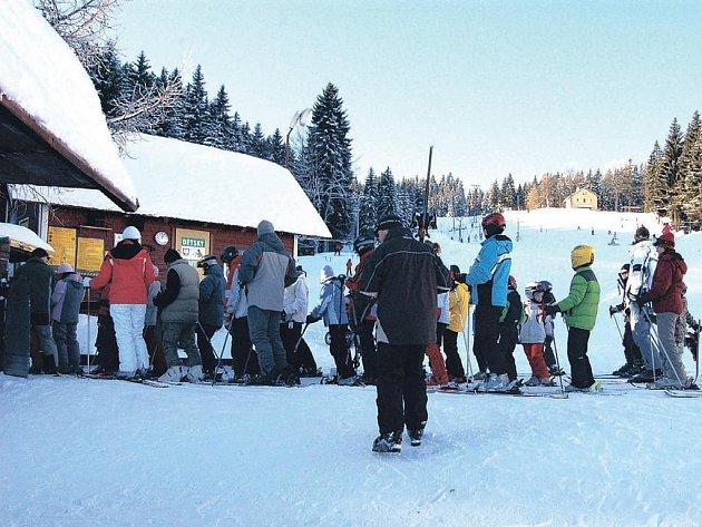 Krásné víkendové počasí vylákalo na sjezdovky stovky lyžařů. Do budoucna možná budou nad jejich chováním bdít policisté. (Ilustrační foto.)