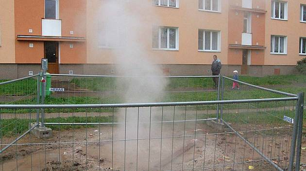O popraskané potrubí ve Staré Roli se ohřívá spodní voda a odpařuje se.