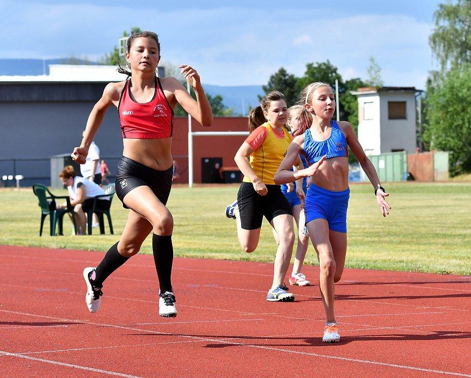 Atletika Ostrov pořádá ve středu 27. května na svém atletickém stadionu Memoriál Miroslava Kitzbergera. Ten odstartuje tradičně v 16 hodin, když se na atletickém oválu postupně představí žáci, žákyně, ženy a muži.