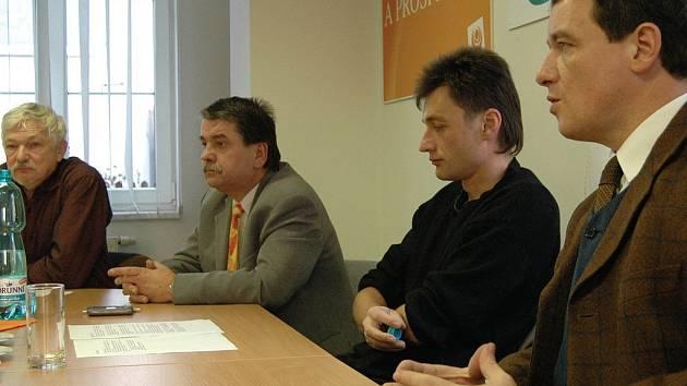 ORANŽOVÉ WATERLOO. Exministr zdravotnictví David Rath (vpravo) nebyl z počínání svých kolegů v Karlovarském kraji vůbec nadšen. On by z koalice ODS a ČSSD odešel už dávno.