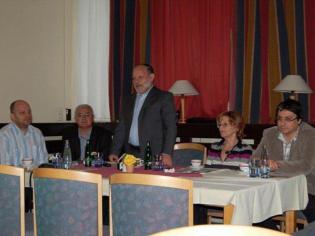 Lišíme se. O korupci pouze nehovoříme, my ji rozkrýváme, tvrdí Občané CZ (uprostřed předseda Petr Havlík).