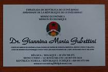 Vizitka podvodnice. Giannina Maria Gubettini se při jednání s poškozenými prokazovala touto vizitkou diplomatického zástupce republiky Guinea Bissau.