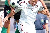 Stoper Petr Knakal (v zeleném) patřil v utkání s Třincem k nejlepším hráčům na hřišti.