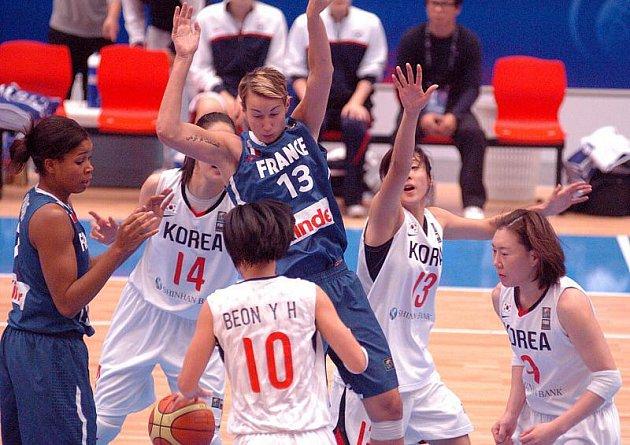 V dalším hracím dnu Mistrovství světa v basketbale žen v karlovarské KV Aréně slavily vítězství hráčky Francie (v modrém) nad Koreou ( v bílém) v poměru 61:46.