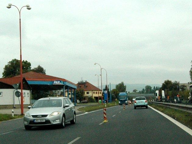 Silničáři v těchto dnech opravu silnice na Ostrov (na snímku) dokončují. Omezení pro řidiče končí.