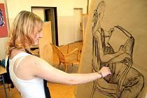 Střední průmyslová škola keramická a sklářská v Karlových Varech lákala nové studenty. Praktické ukázky byly například v krelírně.