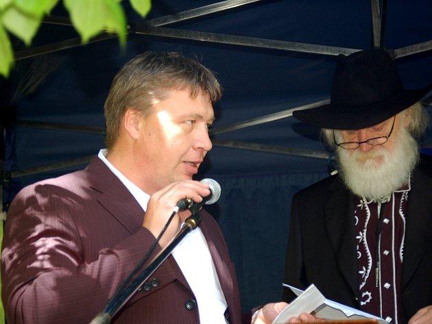 Aleš Labík (vlevo) při jednom z prvních projevů v rámci posledního ročníku Kysibelského velejuchu.