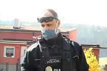 U Městské policie v Ostrově je od ledna 2019, předtím sloužil přes patnáct let sloužil u Policie České republiky.