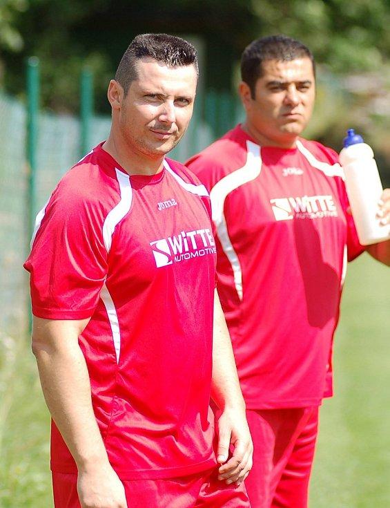 Obránce FK Nejdek B, Zdeněk Kinkal (vlevo).