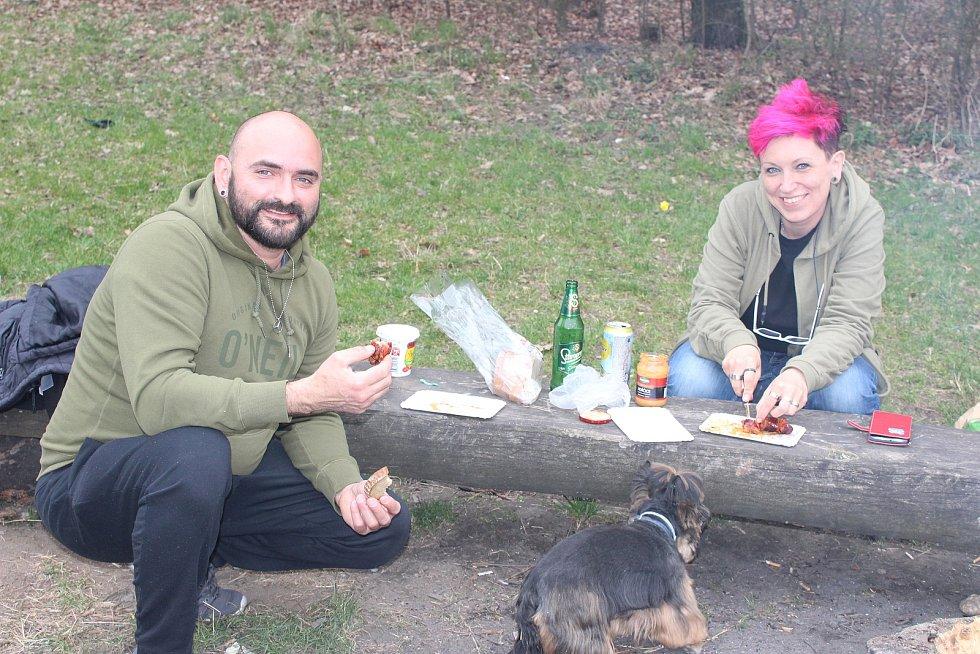 Milan Antal a Lucie Bílková si přišli letos opéct buřta na Velkou tuhnickou louku.