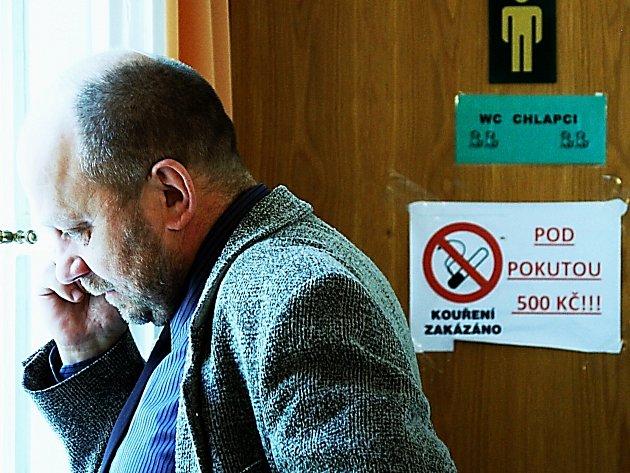 ZAVÁZAT SE ETICKÝM kodexem, to se karlovarským zastupitelům příliš nechce. Příliš se jim při včerejším jednání nechtělo ani dodržovat zákaz kouření na toaletách v Alžbětiných lázních a neodradila je ani pohrůžka pokuty 500 korun.