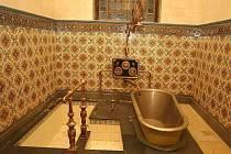 CÍSAŘSKÁ KOUPEL V LÁZNÍCH. Karlovy Vary prodají Karlovarskému kraji Císařské lázně, včetně mobiliáře, za 150 milionů. Kraj je městu ale nezaplatí. Použije je na opravy objektu.