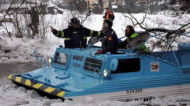 V pátek 7. ledna při odstraňování ledových ker v Tepličce na Karlovarsku pomáhal i upravený obrněný transportér