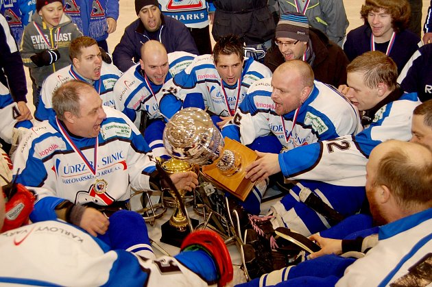 MISTŘI 2013. Sledge hokejisté SKV Sharks Karlovy Vary v první duelu finále pokořili Olomouc 7:2.