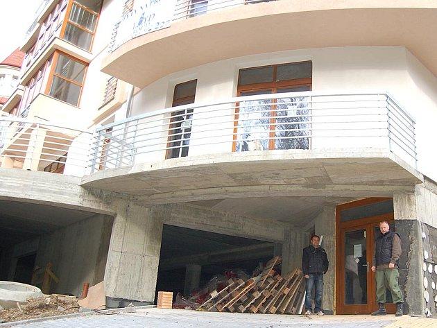 Stavbu bytového a lázeňského domu v Křižíkově ulici hlídá od včerejška bezpečnostní agentura.