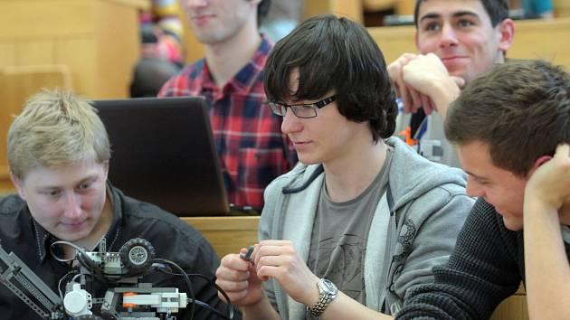 V zimním semestru 2016 studovalo na našich VŠ necelých 267 700 Čechů.