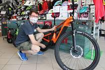 Prodejce kol Martin Černý říká, že kola jsou nyní nedostatkovým zbožím.