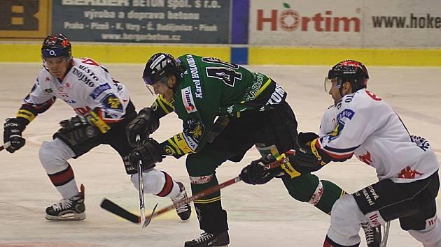 Úspěšný střelec HC Energie, Petr Kumstát (uprostřed).