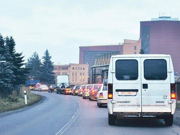 Dlouhé kolony se vytvořily v pondělí 25. října ráno v Tisové a Citicích na Sokolovsku. Jejich příčinou byl požár osobního automobilu v Citicích.