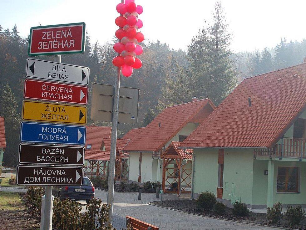 VÍTEJTĚ JEŠTĚ V ČECHÁCH. Vesnička, která vyrostla vloni v areálu Gejzírpark, je jiná než ty, které se staví jinde po republice. Je určena hlavně pro ruskou klientelu.